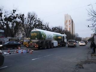 В Киеве неосторожный мужчина погиб под колесами огромного бензовоза