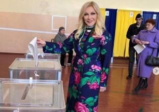 Одиозная украинская певица прилетела в Киев, чтобы проголосовать на выборах президента Украины