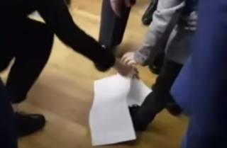 Внук Порошенко потоптал его бюллетень: появилось видео