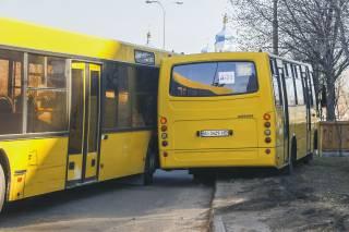 ДТП с пассажирским автобусом спровоцировало пробку и еще одну аварию на Троещине