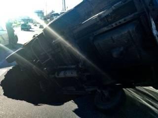 В Киеве микроавтобус провалился в огромную яму