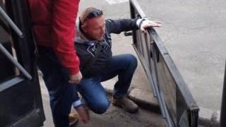 В киевском спальнике пассажир выпал из троллейбуса. Вместе с дверью