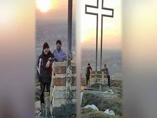 На Буковине священник УПЦ установил 7-метровый крест в память о погибших воинах
