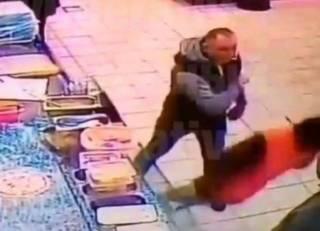 В Киеве на Оболони неизвестный одним ударом убил посетителя супермаркета. В Сети появилось видео