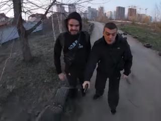 В Киеве хулиганствующий полицейский, угрожая «стволом», избил водителя квадроцикла (18+)