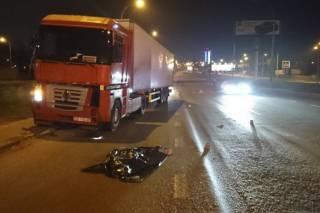 На окраине Киева под колесами фуры погибла девушка