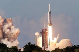 К Дню космонавтики компания Илона Маска совершила исторический запуск сверхтяжелой ракеты