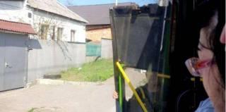 В Харькове водитель маршрутки положил отвалившуюся дверь в салон и поехал дальше