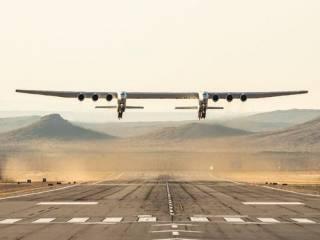«Крупнее, чем Ан-225». Гигантский самолет Stratolaunch совершил свой первый полет