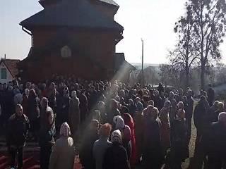 На Ровенщине сторонники ПЦУ штурмом взяли храм УПЦ во время службы