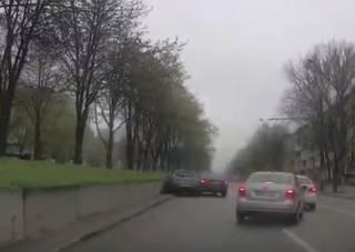 В Днепре «гонщик» спровоцировал ДТП: нарушение попало на видео