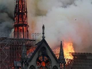 УПЦ: Люди молились перед горящим собором во Франции – это знак духовного возрождения