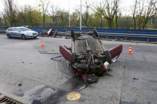 ДТП в Киеве: из-за ямы на дороге автомобиль перевернулся на крышу
