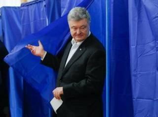 Порошенко проголосовал в киевском Доме офицеров, после чего «толкнул» проникновенную речь