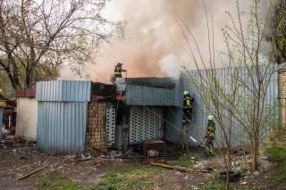 Из-за пожара возле одного из киевских рынков целый район затянуло едким дымом
