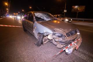 В Киеве автомобиль протаранил остановку: появилось видео момента ДТП