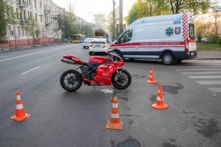 В Киеве сбили мотоциклиста