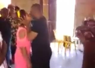 Хитрый африканский пастор придумал «изгонять демонов» из женщин страстными поцелуями