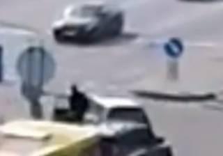 Спасая котенка, в Киеве погиб водитель: появилось видео момента трагедии
