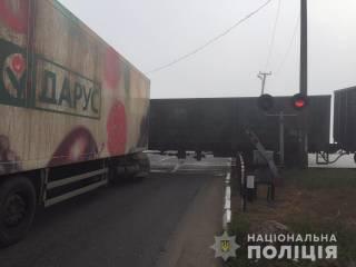 На Одесщине грузовик затормозил о вагон движущегося поезда