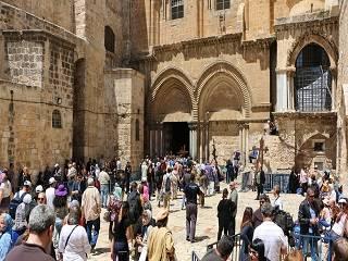Священникам ПЦУ выдали бейджи на проход к Храму Гроба Господня, как обычным верующим, без права служить