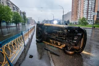 Из-за мокрой дороги в Киеве перевернуло автомобиль