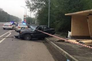 Под Киевом автомобиль протаранил остановку – пострадал крошечный ребенок, который был в салоне