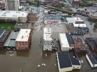 Грандиозный прорыв дамбы в американском штате Айова попал на видео