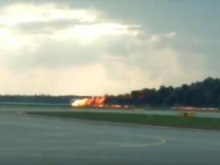 В Москве пылающий как факел самолет Sukhoi Superjet совершил аварийную посадку