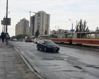Вода из канализации парализовала движение трамваев в одном из районов Киева