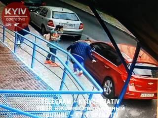 В Киеве группа школьниц ради развлечения повредила с десяток автомобилей