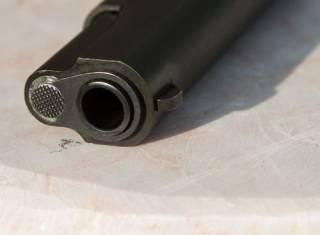 На Днепропетровщине разгневанный школьник прямо на улице застрелил мужчину