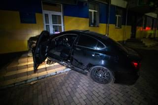 В Киеве Lexus врезался в дом