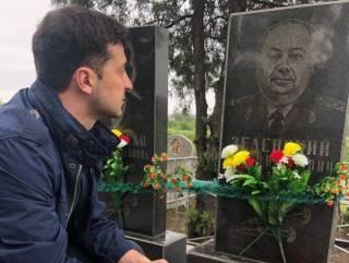 В День Победы Зеленский посетил могилу деда-фронтовика и обратился к украинцам