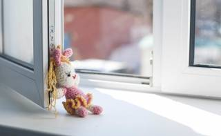 На Сумщине ребенок выпал из окна пятого этажа и выжил