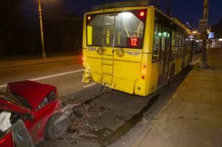 В Киеве автомобиль врезался в троллейбус