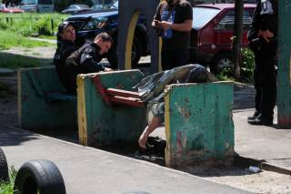 В одном из киевских двориков прямо на лавочке лежал труп (18+)