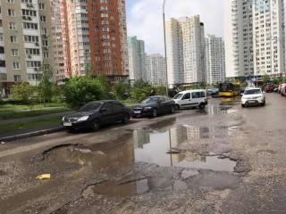 В Киеве автобусы регулярно застревают в одной и той же яме