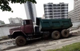 В Киеве автомобили продолжают попадать в ловушки на дорогах
