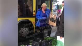 В Киеве водитель автобуса разгромил стихийный рынок