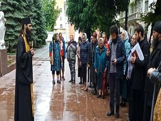 Возле Черновицкой ОГА третьи сутки продолжается молитвенное стояние общины захваченого храма УПЦ в Товтрах