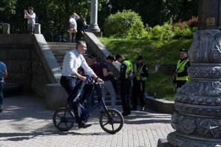 Из-за больших пробок Кличко вынужден был приехать на инаугурацию на велосипеде