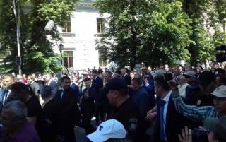 Зеленский пришел на рабочее место пешком, порадовав по дороге полицейскую