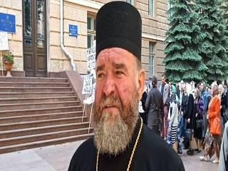 Верующие УПЦ под стенами Черновицкой ОГА: Мы будем молиться здесь до тех пор, пока власти нас не услышат