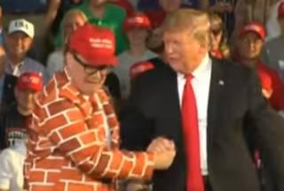 Человек-стена развеселил Трампа до слез