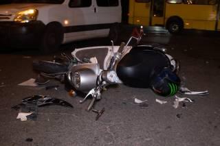 В Киеве молодой парень разбился на мопеде