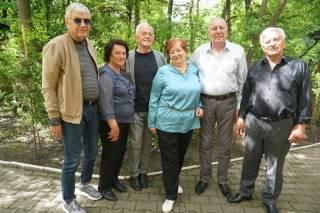 Родители Яценюка отметили 45-летие политика с друзьями за чашкой кофе в парке Черновцов