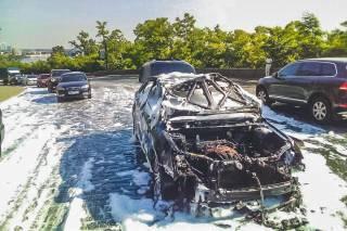 В Киеве горящий автомобиль перегородил Владимирский спуск