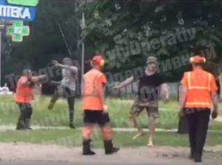 В Киеве молодые парни подрались с коммунальщиками ‒ видео