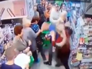В Киеве прямо в супермаркете пытались свернуть шею ребенку